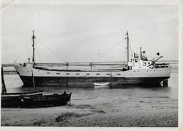 """SAINT VALERY SUR SOMME   Photo Du Cargo """"Fritz Raabe"""" échoué Dans Le Chenal De La Somme - Barcos"""