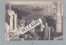 TONKIN -Exposition De Cochinchine D'HANOÏ - Photo De L'installation De L'Exposition Ouvrier Chinois Au Travail 1902/03 - Luoghi