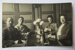 Une Partie De Cartes à Jouer Belote? Entre Soldats Chasseur Forestier? à Pied? Pipe, Bouteille De Vin - Carte Photo - Regiments