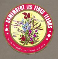 ETIQUETTE De FROMAGE.. CAMEMBERT Les Fines Fleurs Fabriqué En NORMANDIE ( 61-C).. Laiterie Du Progrès à LAVAL (53) - Formaggio