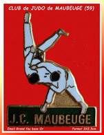 "SUPER PIN'S ""JUDO"" : CLUB De JUDO De La Ville De MAUBEUGE Dans Le NORD(59), Format 2X2,5cm émaillé Grand Feu Base Or - Judo"