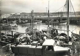 """/ CPSM FRANCE 85 """"Croix De Vie, Le Bassin, Déchargement De Poissons"""" / PÊCHE - Saint Gilles Croix De Vie"""