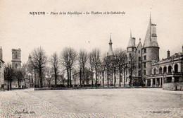 Carte Postale Ancienne - Non Circulé - Dép. 58 - NEVERS - Place De La REPUBLIQUE, Théâtre, Cathédrale - Nevers