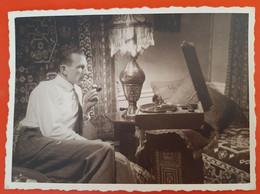 Photographie Originale - Homme Fumant La Pipe Ecoutant Un Disque Sur Un  Gramophone - Sports