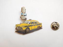 Superbe Pin's En EGF , Auto Taxi Jaune Cab , New York  , Signé Démons & Merveilles - Altri