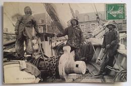 Carte Postale  Paimpol Pêcheurs Islandais à Bord D'une Goelette Coutumes, Moeurs Et Costumes Bretons 1915 - Paimpol