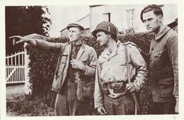 CARTE POSTALE 10CM/15CM PHOTO ROGER VIOLLET NORMANDIE JUIN 1944 DEBARQUEMENT  CIVIL FRANCAIS AIDE UN SOLDAT AMERICAIN - Oorlog 1939-45