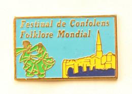 Pin's Confolens (16) - FESTIVAL DE CONFOLENS - FOLKLORE MONDIAL - Danseurs - Vue De La Ville - Idéal Coneption - J915 - Steden