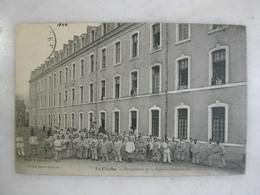 MILITARIA - LA FLECHE - Perspective De La Caserne D'infanterie (très Animée) - Casernas