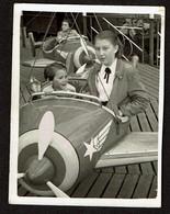 Petite Photo 8 Cm X 6 Cm - Kermis Kermesse - Manège - Enfants Sur Un Avion - Fête Foraine - Carrousel - Voir Scan - Luoghi