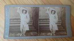 FEMME EN TOGE MI VOILEE MONTRANT SES JAMBRES - PHOTO STEREO LONDRES - Fotos Estereoscópicas