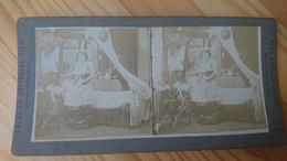 FEMME DEVANT SON LIT S HABILLANT OU SE DESHABILLANT - PHOTO STEREO - Fotos Estereoscópicas