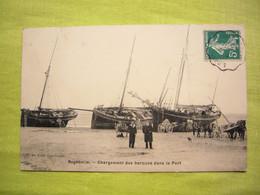 CPA Manche Regnéville Chargement Des Barques Dans Le Port Charettes Et Chevaux - Altri Comuni