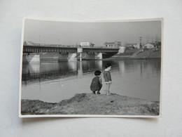 PHOTO ANCIENNE - JAPON : Scène Animée -Deux Enfants Au Bord De La Rivière - Persone Identificate