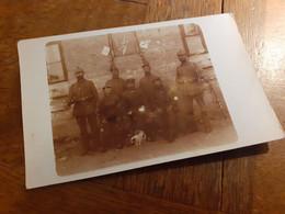 MAENNER IN DEUTSCHLAND DAZUMAL - WACHE 7 - OFFIZIER SOLDATEN GEWEHRE PICKELHAUBEN HUNDE WELPEN - Guerra, Militares