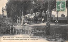 36-VALENCAY- LES GRANDES MANEUVRES DU CENTRE 1908, LES OFFICIERS ETRANGERS RENTRANT AU QUARTIER GEN PAR LA RTE DE SELLES - Other Municipalities