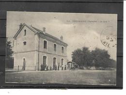17-CHEVANCEAUX-( Montlieu-la-Garde)-Une Vue Animée De L'Exterieur De La GARE - Altri Comuni