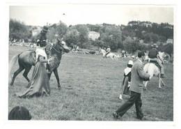 Grande Photo Arlésienne Costumées , Gardians à Cheval - Personnes Anonymes