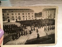 Photo Noir Et Blanc Remise De Décorations Quartier Bruyères Nîmes Militaire Dans La Cour à La Caserne - Sin Clasificación
