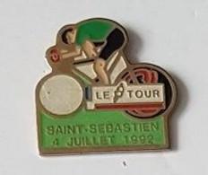 Pin's  Sport  Cyclisme  LE  TOUR  De  FRANCE, Etape  SAINT  SEBASTIEN - 4  JUILLET  1992  Avec  Maillot  Vert - Cyclisme