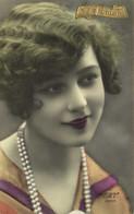 Portrait Jeune Femme Collier Rouge Aux Lèvres RV - Women