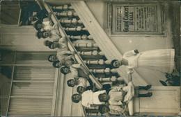 80 CAYEUX SUR MER / Groupe De Dames Et Enfants Sur Un Escalier / CARTE PHOTO RARE Affiche Concert Septembre 1919 - Cayeux Sur Mer