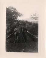 PHOTO - P - PHOTO ORIGINALE - HAUTE LOIRE - ALLEYRAS  - CAMPING - 2 HOMMES DEVANT LA TENTE - FORMAT 10.3 X 7.8 - Places