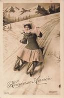 Femme Cpa Carte Fantaisie Femme Sur Luge Photo Bellone - Women
