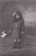Photographie Carte Photo Jeune Fille Boudeuse Avec Bouquet De Fleurs Réf 3132 - Persone Anonimi