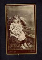 Photographie Origine Studio: - L. ZUBELEN - MARSEILLE -1892 - Petite Fille Assise Au Milieu Des Fleurs.. - Pin-ups