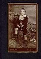Photographie Origine Studio: - L. ZUBELEN - MARSEILLE -1892 - Garçonnet Assis Avec Arme Fictive En Mains... - Pin-ups