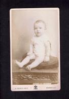 Photographie Origine Studio: - A. TERRIS - MARSEILLE -1896- Bambin Bien Droit Assis Sur Un Coussin. - Pin-ups