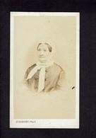 Photographie Origine Studio: - DUBORDIEU - Valence -1874 - Dame âgée Emmitouflée Dans Un Foulard Blanc. - Pin-ups