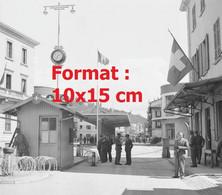 Reproduction Photographie Ancienne Dela Frontière Suisse à Chiasso En Suisse Fin 1945 - Riproduzioni