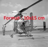 Reproduction Photographie Ancienne De Mécanicien S'occupant D'un Hélicoptère Alouette II Militaire à Emmen Suisse 1958 - Riproduzioni