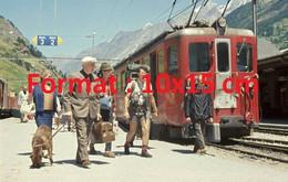 Reproduction Photographie Ancienne De Touristes Descendant D'un Train à La Gare De Zermatt En Suisse 1980 - Riproduzioni