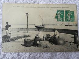 PORT EN BESSIN  Marins Préparant Leurs Lignes - Port-en-Bessin-Huppain