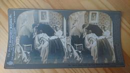 1899 - COUPLE AU LIT L HOMME SE PROTEGEANT AVEC UN PARAPLUIE - PHOTO STEREO - Fotos Estereoscópicas