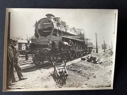 Photo Originale: Locomotive PL 21 Dans Un Dépôt - Trains