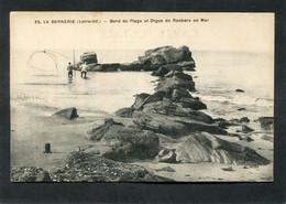 CPA - LA BERNERIE - Bord De Plage Et Digue De Rochers En Mer, Animé - Pêcheurs - La Bernerie-en-Retz