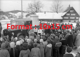 Reproduction Photographie Ancienne D'écolier écoutant Le Professeur Devant La Cloche De Trogen En Camion Suisse 1958 - Riproduzioni