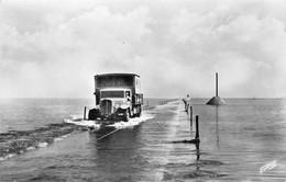 ILE DE NOIRMOUTIER - Passage Du Gois, Le Premier Camion Arrive Sur La Route Submergée (CPSM Petit Format) - Ile De Noirmoutier
