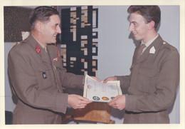 Foto Photo (9x12,5cm) Arlon 1965 ? Diplome Ecole Stockem Camp Militaire Soldat Soldaat Militair Leger Caserne Kazerne - Arlon