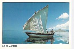 ** Lot De 2 Cartes ** MAYOTTE ( Ocean Indien ) BOUTRE En Mer ( Bateau Pêche ) CPSM GF  Afrique Noire Black Africa - Mayotte