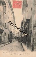 CPA 84 0112 L'Isle-sur-SORGUE - La Rue Carnot - Animation De Rue Badauds Commerces Coiffeur - écrite Et Circulée - L'Isle Sur Sorgue