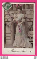 CPA (Réf: Z 3031) (JEUX ET JOUETS) POUPÉE Belle Femme Aves Ses Poupées Son Tambour Et Sa Trompette Bonne Année - Games & Toys