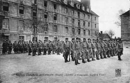 BESANCON - 60e Régiment D'Infanterie - Colonne De Compagnie, Garde à Vous ! Edition Bauer. Non Circulée. Bon état. - Besancon