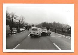 PHOTO ORIGINALE - ACCIDENT DE VOITURE AMÉRICAINE AVEC UNE RENAULT 4 FOURGONNETTE + RENAULT 4L - R4 - CRASH AMERICAN CAR - Automobili