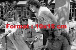 Reproduction D'une Photographie Ancienne De Johnny Hallyday En Compagnie De Gérard Lenorman Et Nicoletta En 1976 - Riproduzioni