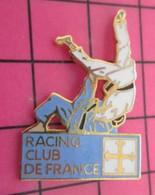 710e Pin's Pins / Beau Et Rare / THEME : SPORTS / BAGARRE EN PYJAMA AU RACING CLUB DE FRANCE !!! JUDO - Judo
